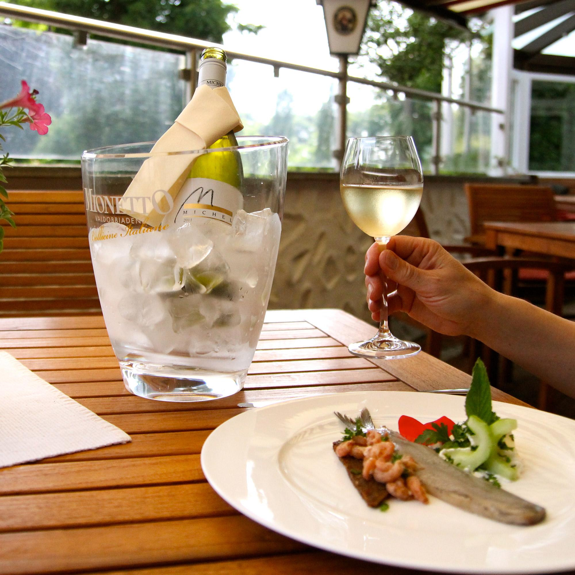 In unserem gut bürgerlichen Restaurant genießen Sie alles vom Fisch bis hin zu regionalen Wildgerichten.