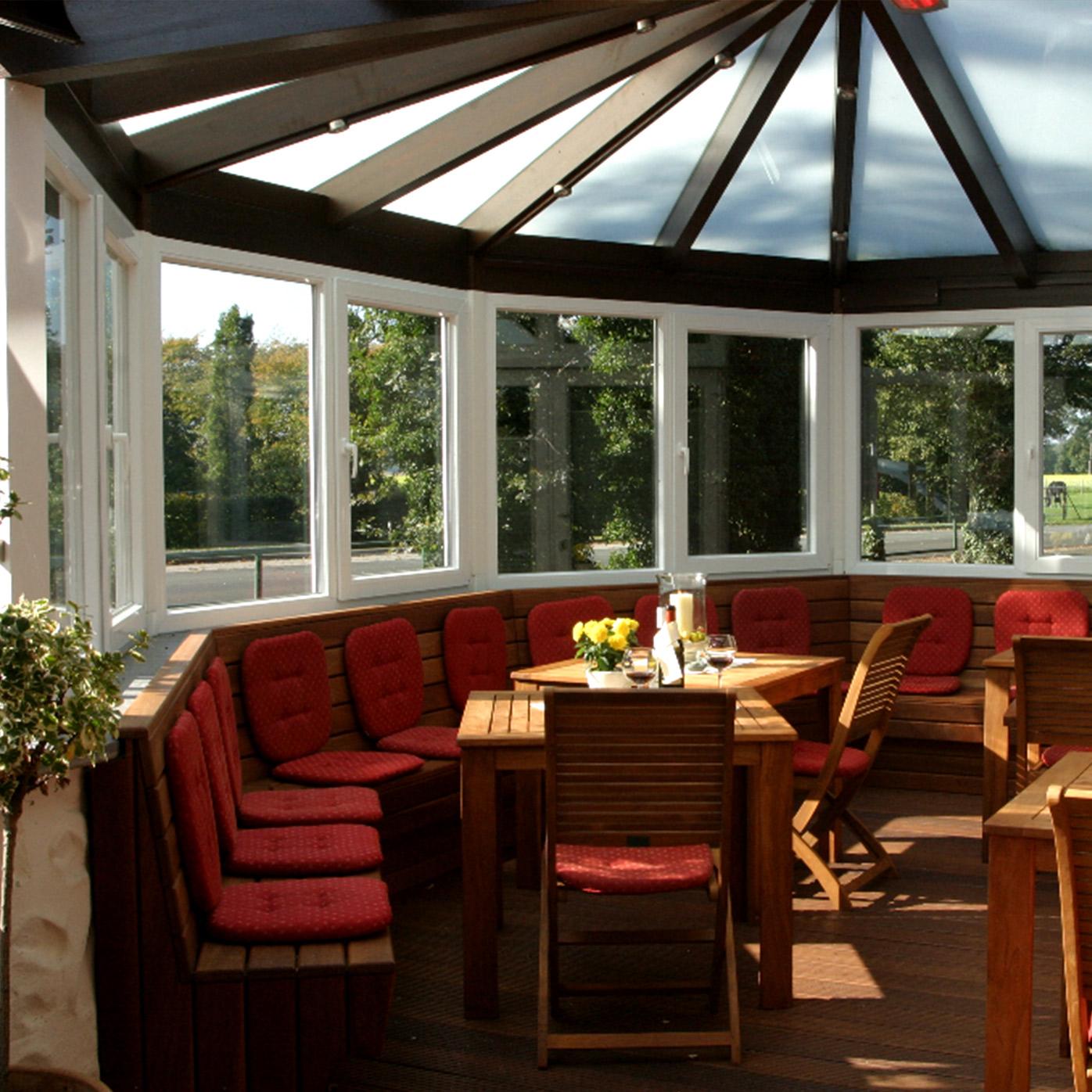 Auch für große Wandergruppen bietet unsere Terrasse genügend Sitzmöglichkeiten.