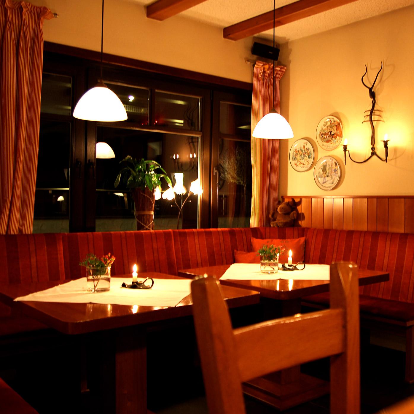 Stimmungsvolles Licht macht unser Restaurant mit den kleinen Details zu einem Ort für gesellige Abende,